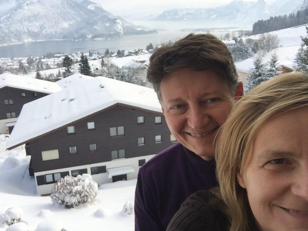 Anja und Bodo auf dem Balkon der Ferienwohnung am Wolfgangsee