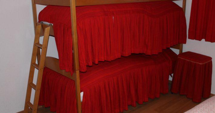 Kinder schlafen im Etagenbett