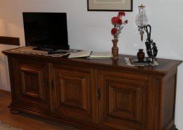 Das Wohnzimmer hat einen rustikalen Stil